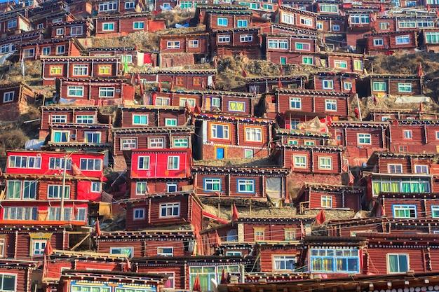 Vila vermelha e mosteiro em larung gar (academia budista) em sichuan, china