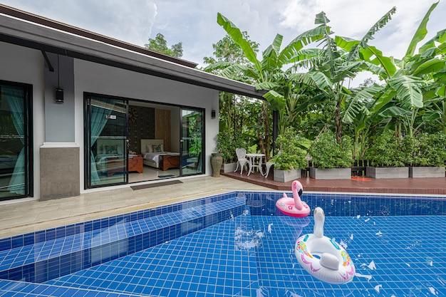 Villa tropical moderna exterior com piscina