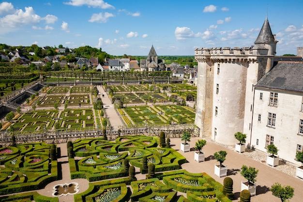 Villandry, frança - 20 de abril de 2014: castelo e jardins de villandry. vista de parte do castelo e do jardim do parque.