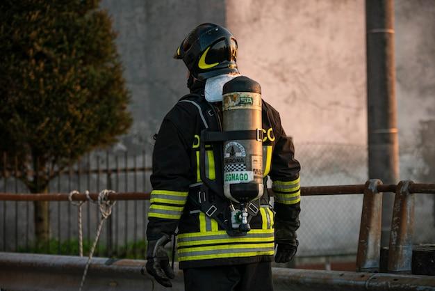 Villanova del ghebbo, itália 23 de março de 2021: bombeiro com garrafa de oxigênio
