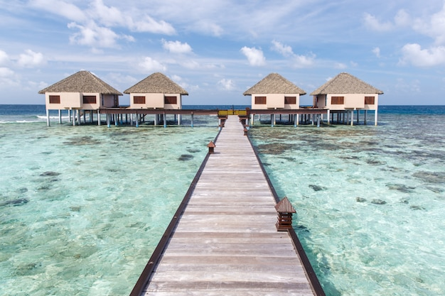 Villas de água em águas cristalinas na ilha tropical
