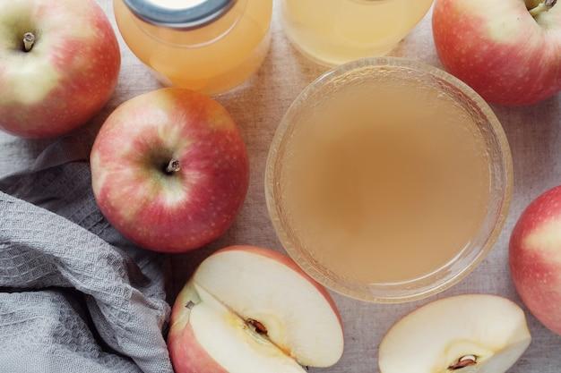 Vinagre de maçã com a mãe na tigela de vidro, alimentos probióticos para a saúde intestinal