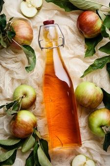 Vinagre de maçã e maçãs frescas