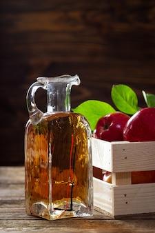 Vinagre de maçã em frasco de vidro