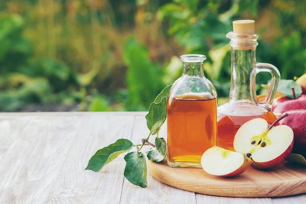 Vinagre de maçã em uma garrafa