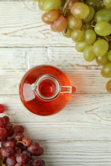 Vinagre e uva na mesa de madeira branca