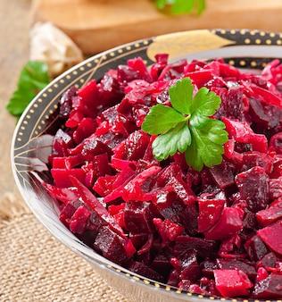 Vinagrete de salada de beterraba em uma tigela de madeira