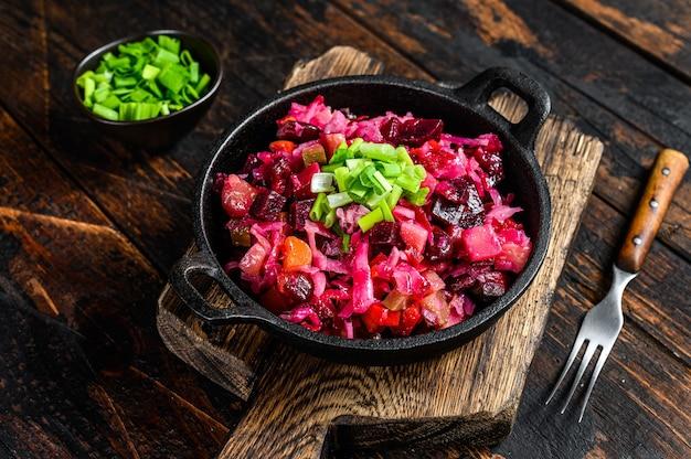 Vinagrete de salada de vegetais de beterraba russa em uma panela.