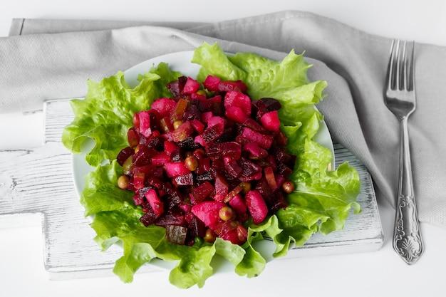 Vinagrete de salada russa em um fundo cinza prato tradicional de vegetais com beterraba vermelha em um prato