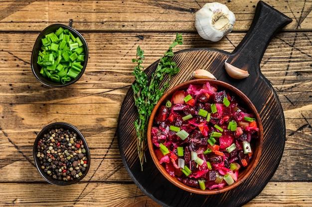 Vinagrete tradicional de salada russa com vegetais cozidos