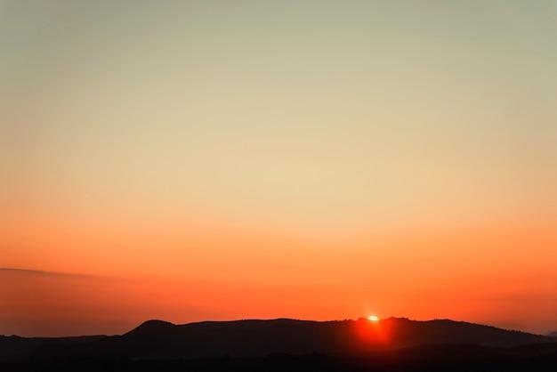 Vinha sob o pôr do sol vermelho no inverno