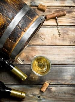Vinho. barril de vinho branco. em uma madeira.