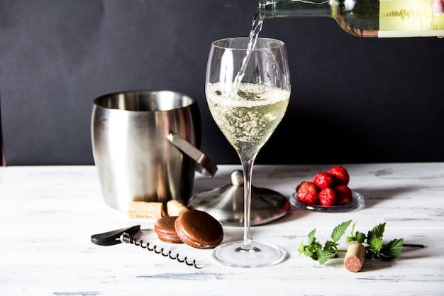 Vinho branco, despejando, em, vidro