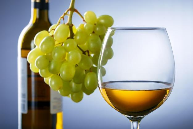 Vinho branco e uvas. degustação de conceito de vinho. bebida alcoólica.