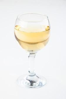 Vinho branco em copos transparentes em um fundo branco
