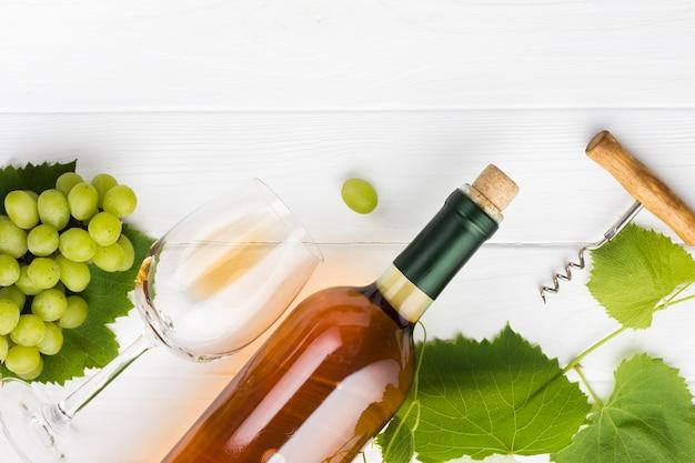 Vinho branco oblíquo e conceito de videiras