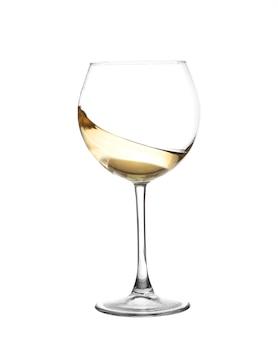 Vinho branco, rodopiando em um copo de vinho cálice isolado em um fundo branco