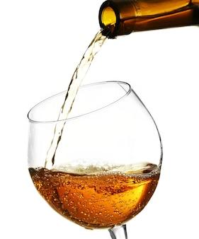 Vinho branco servindo em copo, em branco
