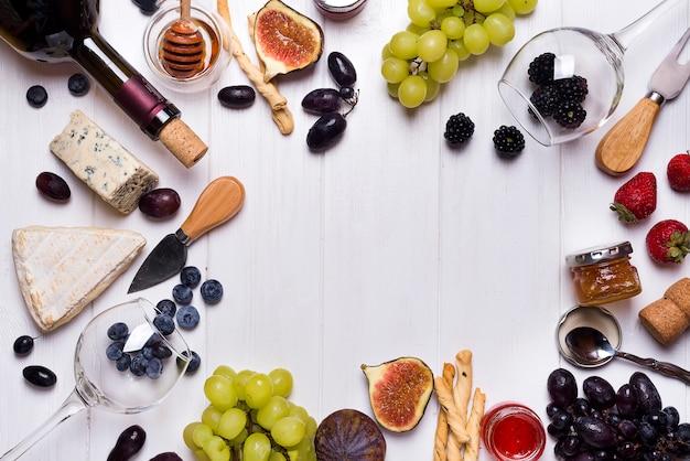 Vinho branco, uva, pão, mel e queijo