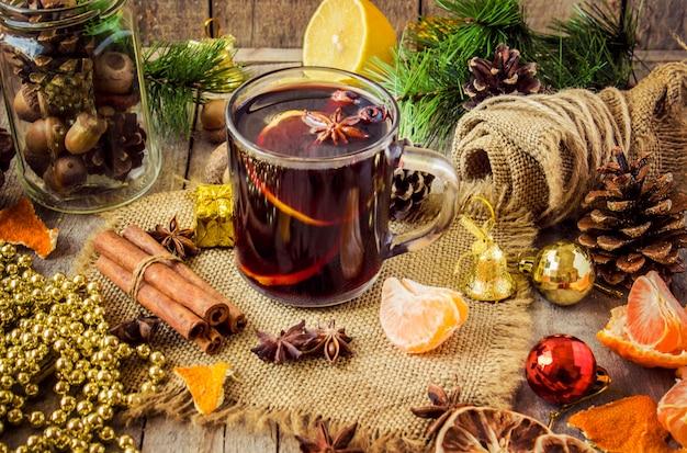 Vinho com canela. foco seletivo. bebida de natal e comida.