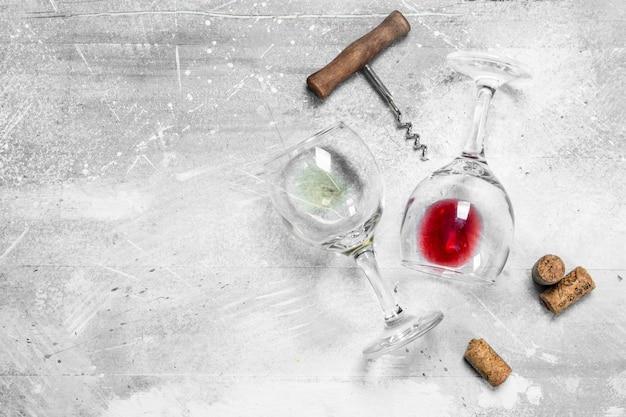 Vinho. copos de vinho tinto e branco. em um rústico.