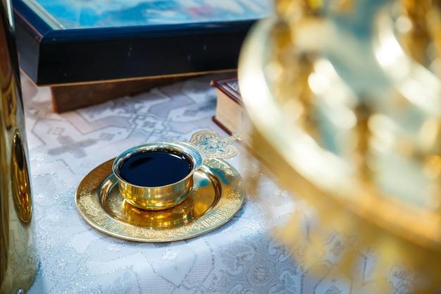 Vinho da igreja em uma tigela de ouro. tradições religiosas