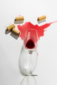 Vinho derramado e cabos de madeira do vinho no fundo branco. flatlay