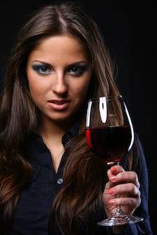 Vinho drinkink de mulher bonita