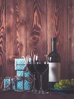 Vinho e presentes na mesa de madeira
