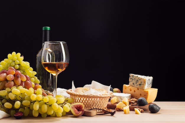 Vinho e queijo na mesa