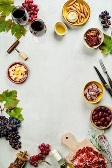 Vinho e tapas, vista superior de fundo