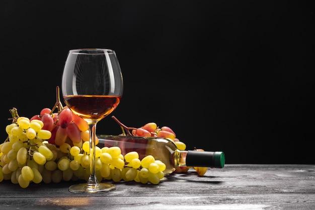 Vinho e uvas na mesa