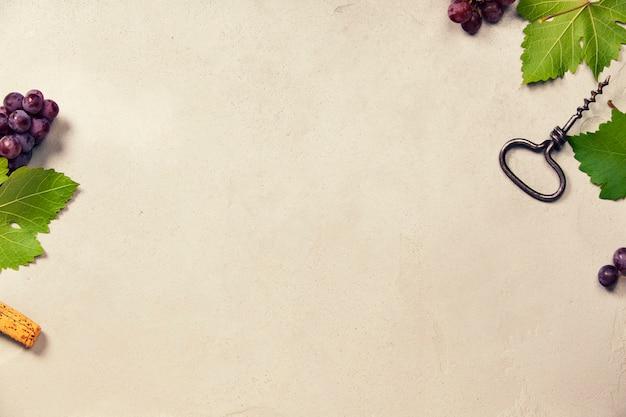 Vinho e uvas sobre fundo cinza de concreto