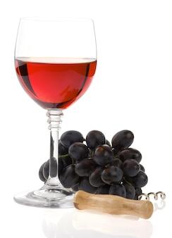Vinho em copo e uva isolado no fundo branco