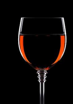Vinho em copo isolado em fundo preto
