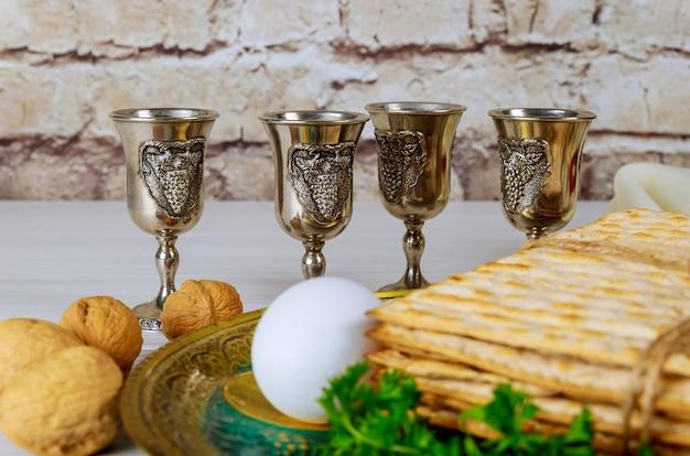 Vinho kosher vermelho quatro de matzah ou matza páscoa hagadá
