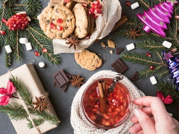 Vinho morno em uma caneca caixa de presente biscoitos com chocolate decorações de natal