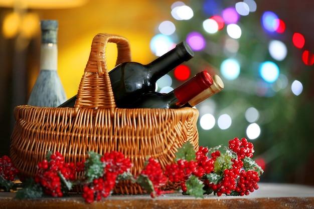 Vinho na cesta com árvore de natal atrás