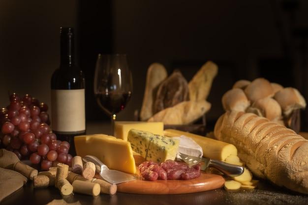Vinho, pão, uvas e queijo ainda vida - imagem