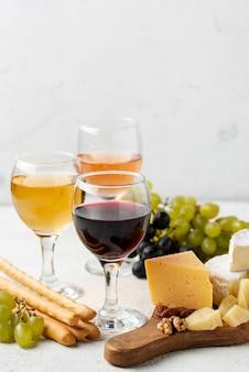 Vinho para degustação com variedade de queijos