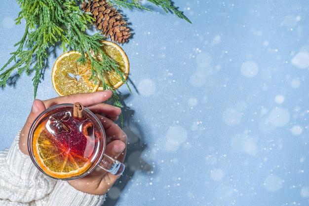 Vinho quente, bebida alcoólica tradicional de outono quente de inverno, com canela, anis e laranja, espaço de cópia de plano de fundo decorado no natal
