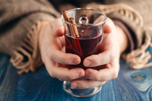 Vinho quente com especiarias caseiro na mão, vinho quente