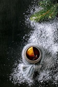 Vinho quente com especiarias com especiarias e enfeites de natal