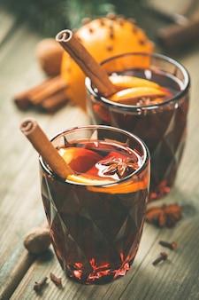 Vinho quente com especiarias e fatias de laranja