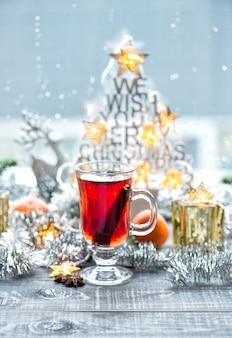 Vinho quente com especiarias em pau de canela. enfeites de natal decoração de janela