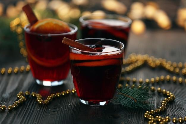 Vinho quente com miçangas na mesa de madeira