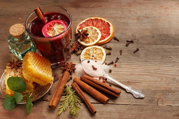 Vinho quente com perfume em uma mesa de madeira. ingredientes. rústico.
