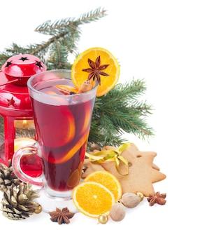 Vinho quente de natal com árvore de abeto isolada