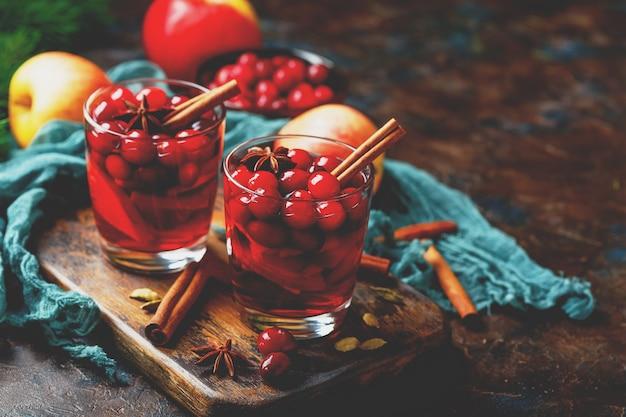 Vinho quente de natal com cranberries, maçãs, estrelas de anis, cardamomo e canela