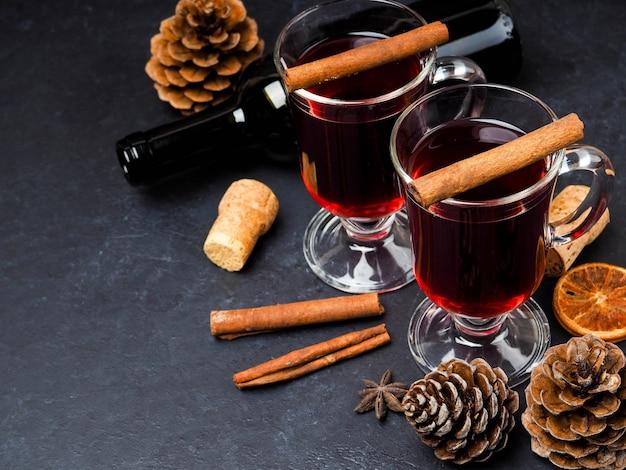 Vinho quente de natal, com laranjas e especiarias